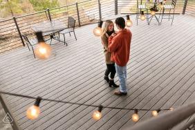 Orpheus Brewing Atlanta, Géorgie, une séance de café urbain avant le jour du mariage avec le couple partageant une minute après la proposition