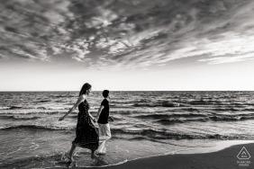 Mini-sessão fotográfica de praia em Montpellier, França, antes do casamento, enquanto caminhava na água e na areia