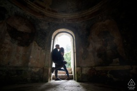 Parco Villa Rossi, Santorso, Vicenza small indoor photo session with the couple kissing in a building arch