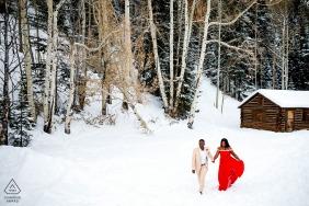 Breckenridge, CO Sessão de fotos de noivado de aventuras de inverno na neve branca e fria