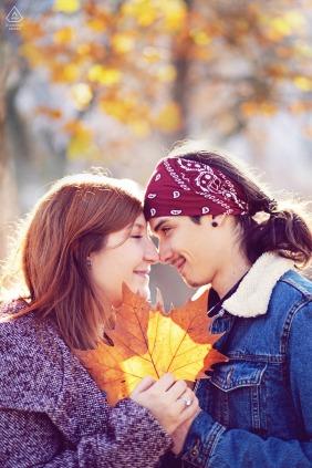 Parque de Sofia fora da floresta, sessão de fotos antes do dia do casamento, mostrando um casal de noivos com uma folha de outono