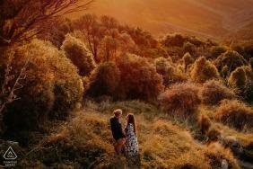 Port Hills Christchurch, Nova Zelândia, fora da floresta, sessão de fotos com um casal ao pôr do sol nas colinas