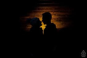 Sierra Nevada, Espanha, pequena sessão fotográfica interna com o casal antes do dia do casamento, com iluminação aconchegante e uma silhueta