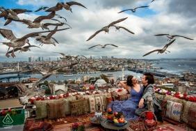 Suleymaniye, Istambul, Turquia mini-foto urbana antes do dia do casamento no telhado com pássaros voando acima das nuvens