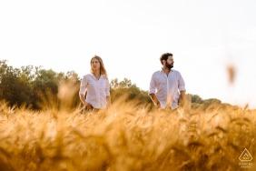 Montpellier pré mariage portrait couple debout dans le grand champ d'herbe aux tons chauds