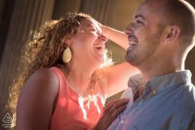 Paris portrait de couple avant le mariage avec un peu de plaisir en riant au soleil
