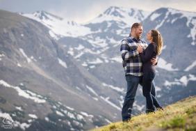 Portrait d'hiver du parc national des montagnes Rocheuses, un couple à 11,000 pieds d'altitude entouré de pics majestueux et de fleurs sauvages.