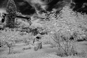 Firenze couple engagement pic session at Giardino Delle Rose with A minute of relax after a long walk in Florence