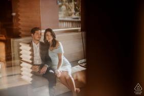 Séance photo de fiançailles à San Antonio à l'hôtel Valencia avec un couple prenant un verre ensemble en toute intimité
