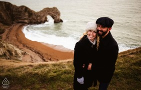 Durdle Door Paar Engagement Pic Session mit einem hohen Winkel auf dem natürlichen Bogen am Meer