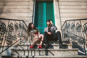 Session de fiançailles aux beaux-arts du Val d'Orcia pour un couple en ville assis dans les escaliers
