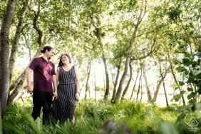 Majic Forest, Cape Town Fine Art Pre Wedding Portrait créé comme Le couple heureux partage un rire dans la belle forêt verte