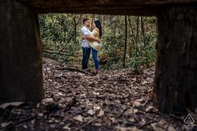 Pigeon Forge, TN Artful Engagement Photo du couple se tenant dans l'un des sentiers de montagne des Smoky Mountains