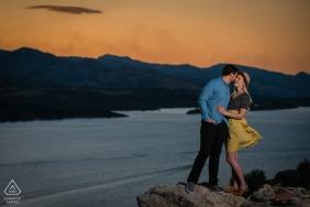 Séance photo avant mariage à Fort Collins dans un style Fine Art pour un portrait au coucher du soleil sur des rochers donnant sur un grand réservoir et les contreforts