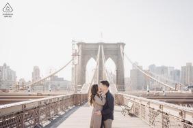Photos de fiançailles d'art du pont de Brooklyn avec un baiser au soleil