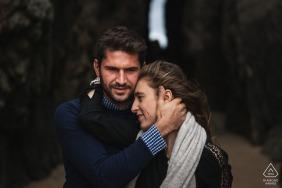 Saint Cast, Francja Sesja przedślubna w stylu artystycznym i para trzymająca się nawzajem