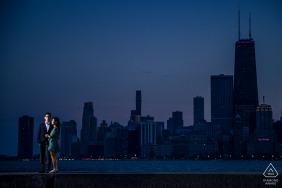North Avenue Beach, Chicago Fine Art Engagement Fotos eines Paares und der Skyline der Stadt in der Abenddämmerung