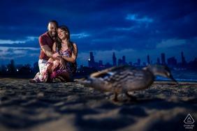 31st Street Beach, Chicago Illinois Fine Art Engagement Zdjęcie przedstawiające parę na plaży z kaczką