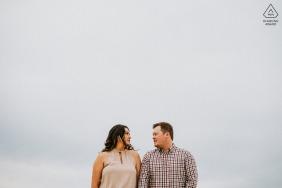 Charlestown Breachway portrait e-shoot sur place - composition de couple et ciel nuageux