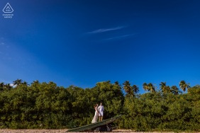 """Maceió environmental engagement e-session - """"The couple were very shy and one of the ways I found I could start the session was by composing this scene in a titanic style. I loved the contrast and it was one of the couple's favorite records"""""""