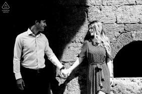 E-sesja portretowa La Badia, Orvieto - para podzielona cieniem