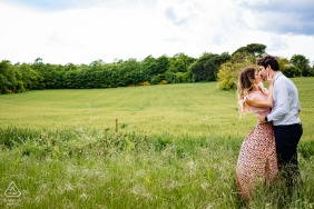 Orvieto countryside environmental engagement e-session of the couple in the middle of the wheat field