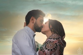 Cazorla, Jaén portrait e-session with a kissing couple under the sunlight and clouds