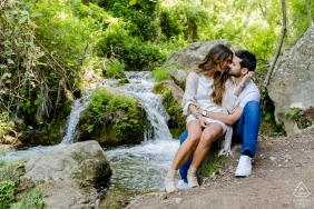 Rio Cerezuelo, Cazorla, Espagne e-session portrait avec un couple assis près d'une petite cascade