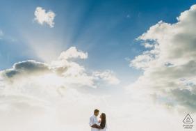 Maceió, Brésil e-session portrait sous les nuages montrant que l'amour c'est se jeter dans l'immensité