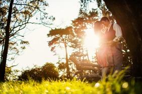 Séance électronique de portraits à San Francisco avec un soleil éclatant de l'après-midi et un couple amoureux