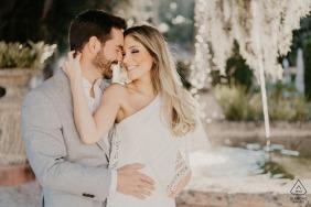 Florida True Love Engagement retrato planteado en Vizcaya en Miami, FL capturando a una pareja posando en el jardín de vizcaya