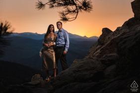 True Love Pre-Wedding Portrait Session in Boulder's Lost Gulch Overlook, bei dem ein Paar in den Rocky Mountains bei Sonnenuntergang eine dramatische Pose einnimmt