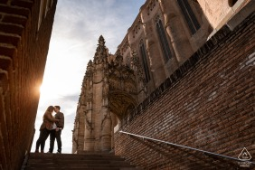 True Love Engagement Portrait Session in Albi, Tarn displaying a couple during a minute of love next to the nice Ste Cécile Cathedra