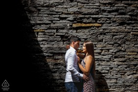 Juiz de Fora couple e-shoot in Minas Gerais in the sunshine with shadows by the stone wall