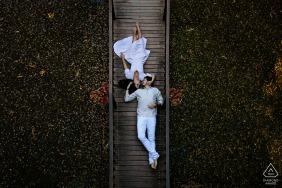 Brazilian couple e-shoot at Cabanas Encantadas, Goiânia on a wooden walking bridge above from a high angle