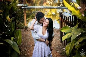Goiânia couple e-shoot at Cabanas Encantadas surrounded by tropical gardens