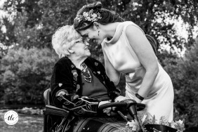 Town Park, Fort Collins, Colorado Foto del giorno del matrimonio della nonna della sposa che la saluta dopo la cerimonia con un momento fronte a fronte e grandi sorrisi.