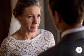 Press House Madison, WI imagen de la boda de la novia mirando atentamente a su nuevo esposo