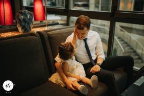 Radisson Blu Bosphorus Hotel, boda en Estambul | imagen de un niño en la boda toca la cara del invitado
