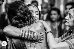 The Mere, imagen de la boda de Knutsford de una familia en un abrazo emocional