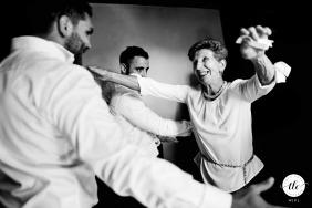 Agen France ricevimento di nozze di madre e figlio che si abbracciano enormemente
