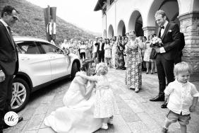 La novia ha llegado al cementerio y se disuelve en un beso a su hija que la espera con familiares y papá para la ceremonia en Bérgamo, Italia.