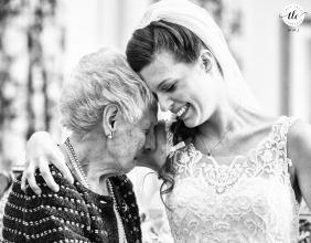 Un abrazo emocional entre la abuela y la novia antes de salir de casa para ir a la ceremonia en Milán.
