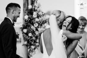 Al Qasr Resort, boda en Dubai con una Madre de la Novia muy encantada abrazando a su hija
