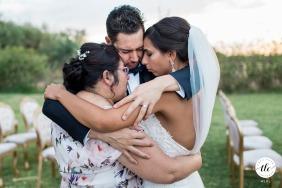 Abrazo familiar después de la ceremonia de boda en Marrakech