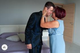 """Fotografo di matrimoni Casa dello Sposo """"La madre dello sposo conclude la fine della medicazione con un bacio improvviso. Cerco di cogliere la rigidità del corpo che rivela emozione, in netto contrasto con l'espressione del viso."""""""