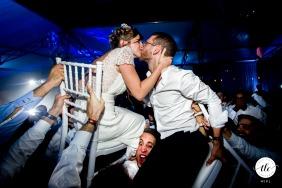 Imagen de la boda de Hauts de France de la novia y el novio siendo levantados en sillas mientras se besan
