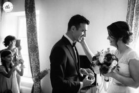 El novio ve a la novia por primera vez el día de su boda en el Palacio Brukenthal