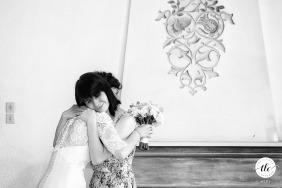 Imagen del lugar de la recepción de boda de Stirbey Palace de la novia abrazando a su mejor amiga