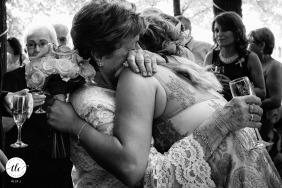 Immagine di nozze della casa sull'albero Cosoba della sposa e della nonna che abbracciano alla fine della cerimonia